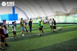 الأطفال يلعبون كرة القدم في أكاديمية أطفال الجنة أنطاكيا